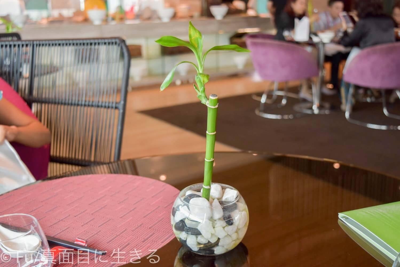 ルメリディアン サイゴン テーブルに竹の飾り