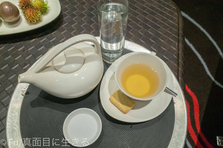 ルメリディアン サイゴン お茶を持ってきてくれた