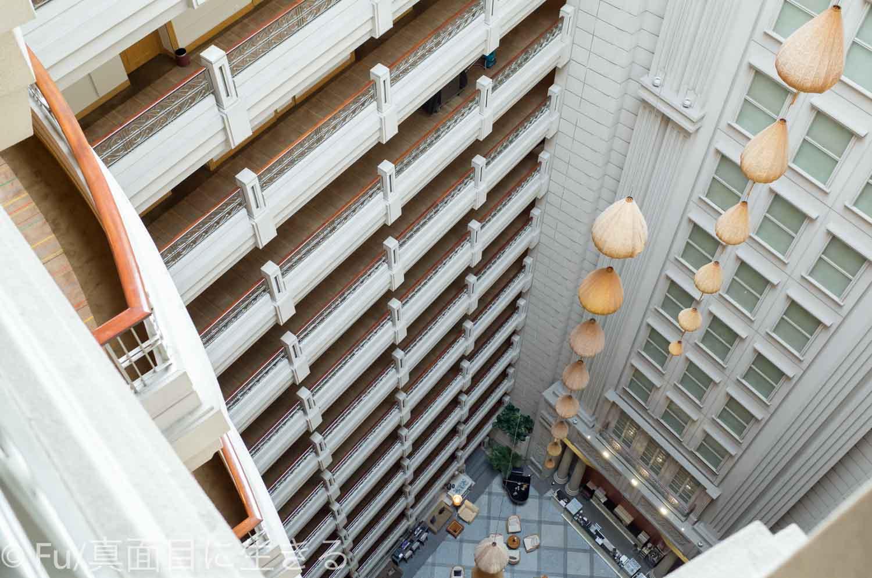 ルネッサンス リバーサイド ホテル サイゴン 吹き抜けの廊下