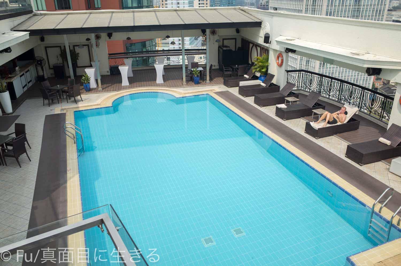 ルネッサンス リバーサイド ホテル サイゴン 上から撮影したプール