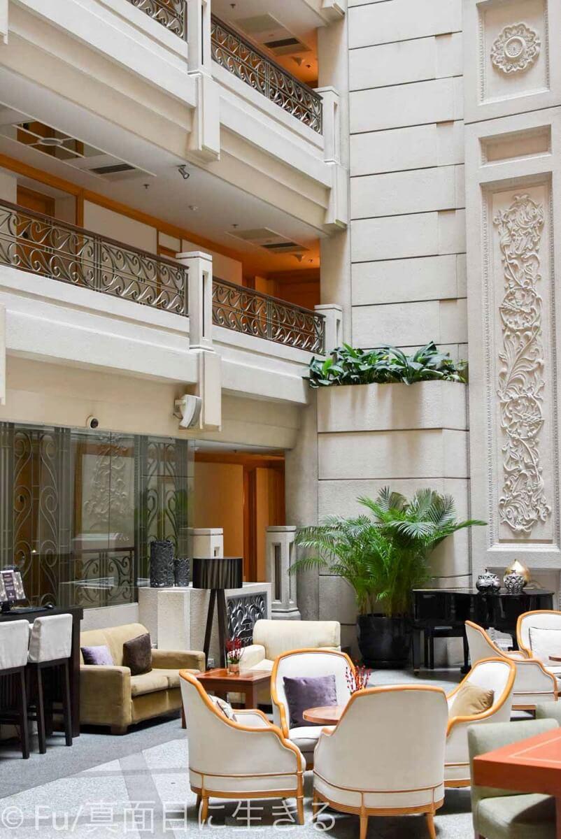 ルネッサンス リバーサイド ホテル サイゴン アトリウムラウンジの縦写真