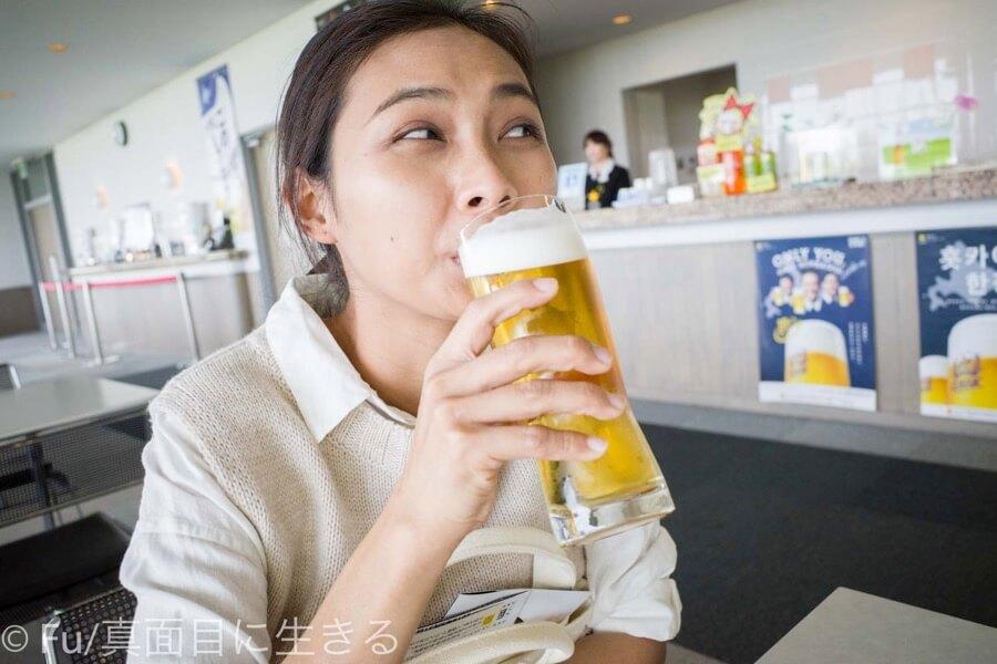 サッポロビール 北海道工場 見学ツアー 妻かビールを飲んでいる