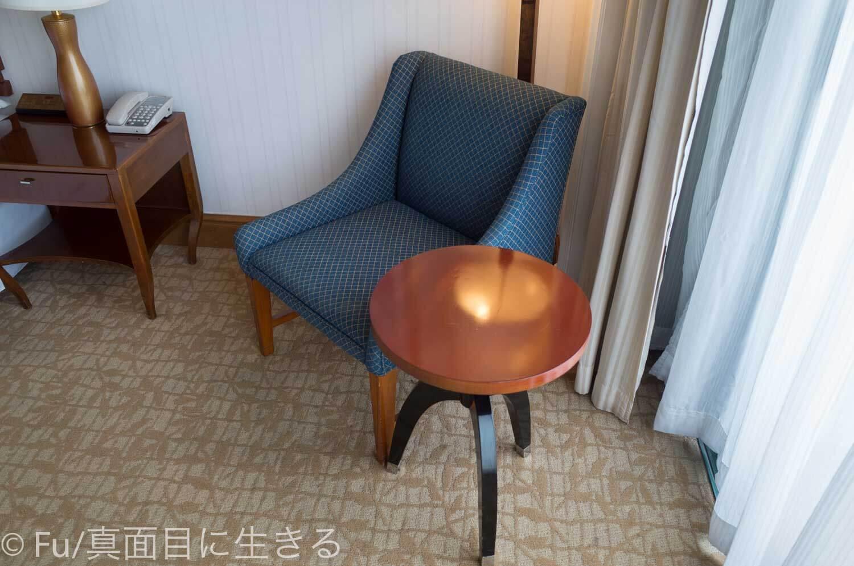 シェラトンサイゴン ホテル&タワーズ 窓際のソファー、テーブル