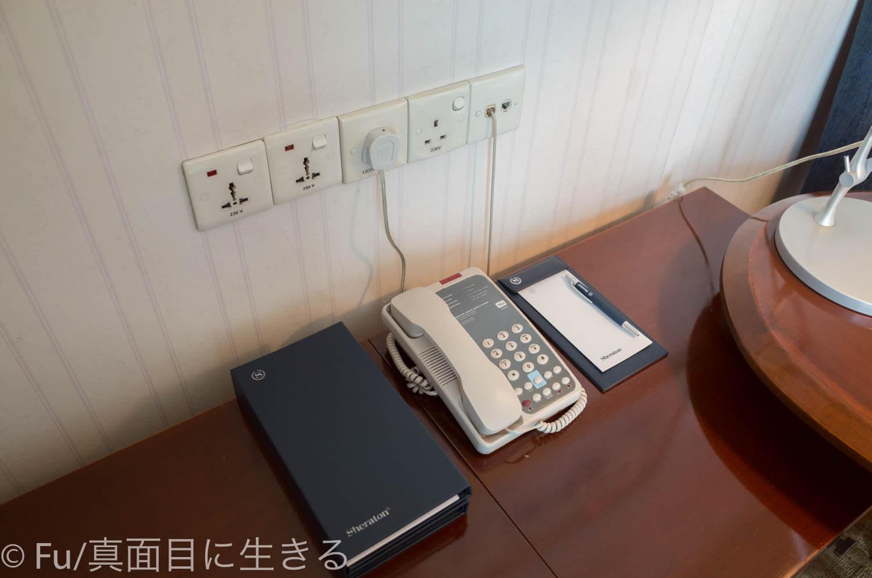 シェラトンサイゴン ホテル&タワーズ デスク脇の電源