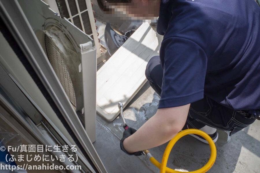 おそうじ本舗 室外機の部品も高圧洗浄で洗う