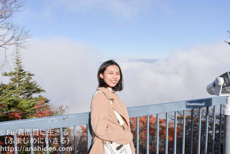 トラベックスツアーズ バス旅行 富士山の雲海をバックに撮影