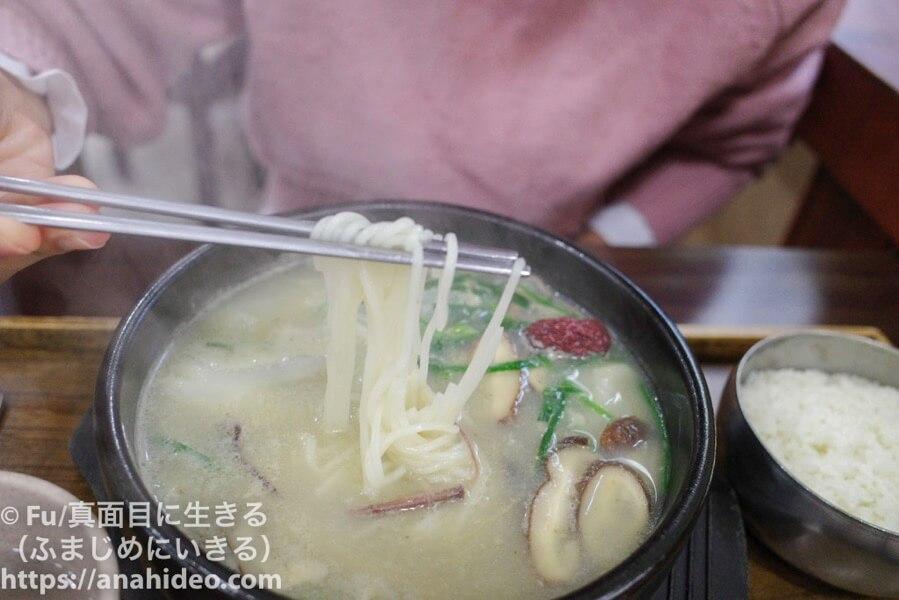 秀家(スガ) ソルロンタンの中に素麺