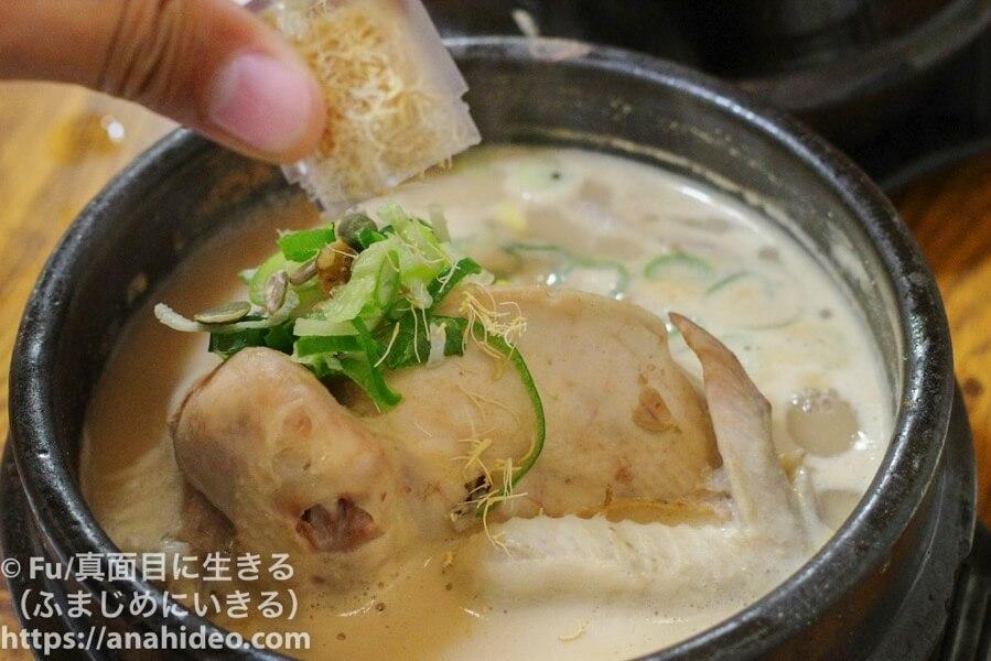 土俗村(トソッチョン)参鶏湯に高麗人参をかける