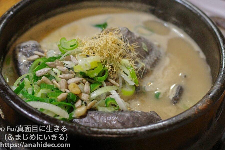 土俗村(トソッチョン) 烏骨鶏の参鶏湯にも高麗人参をかけた
