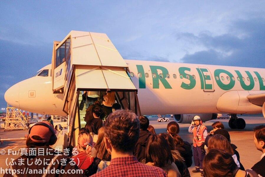 海外旅行で飛行機に乗る様子
