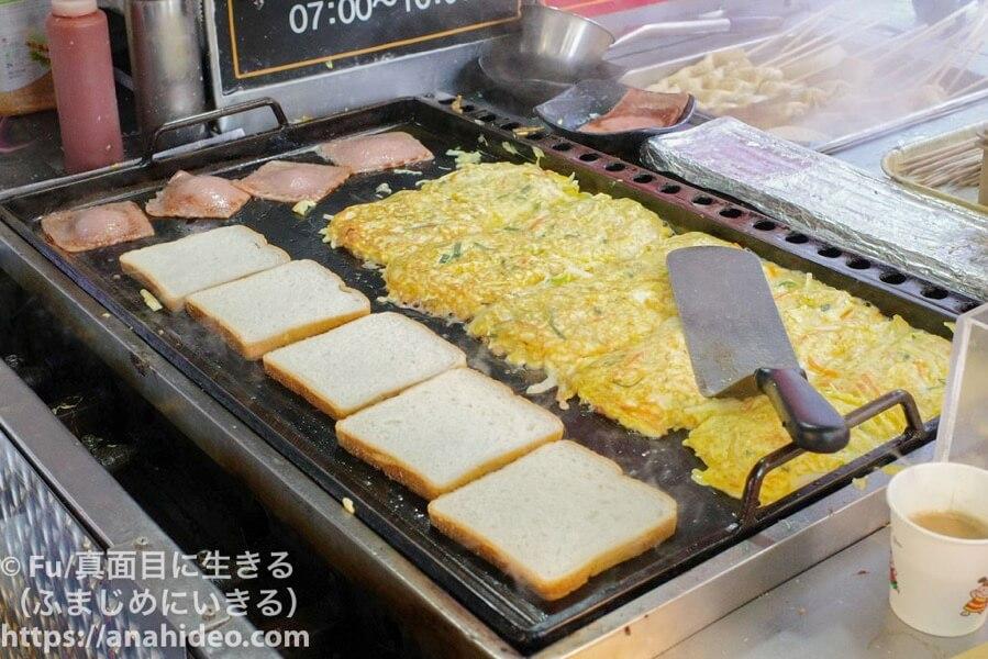 明洞ハンバーガートースト バターでパンを焼く