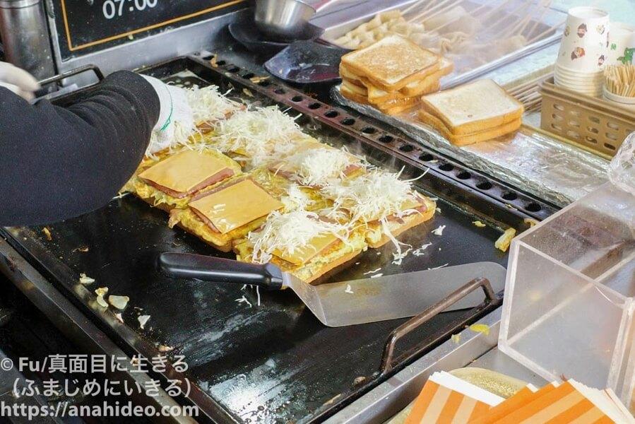 明洞ハンバーガートースト パンの上にトッピング