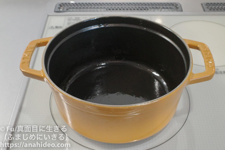 ストウブに油を塗り終わり加熱する