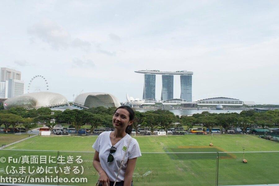 ナショナルギャラリーシンガポール マリーナベイサンズと記念撮影
