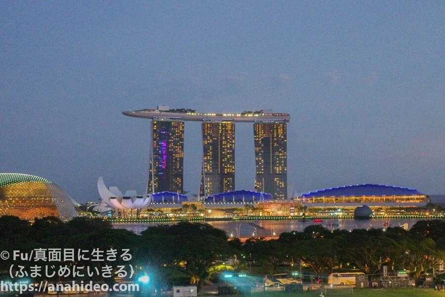 ナショナルギャラリーシンガポール スモーク&ミラーズからの夜景