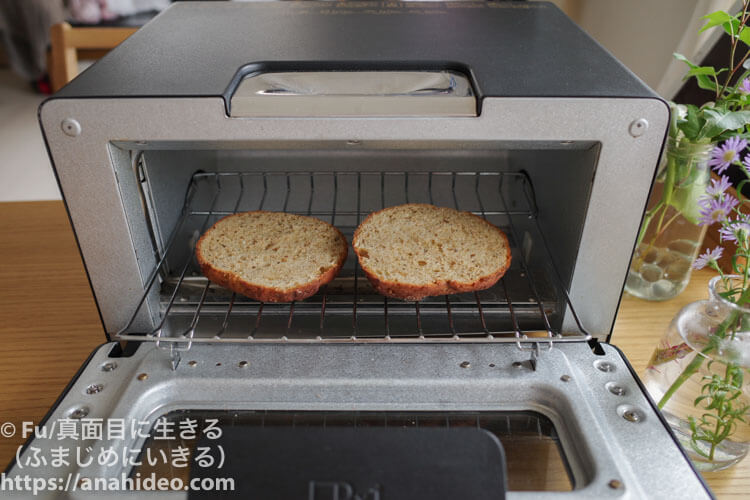 ベースブレッドを半分にしてオーブン加熱
